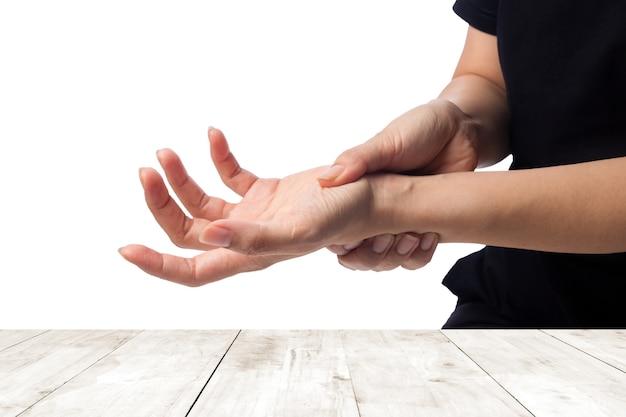 Vrouw die haar hand houdt - pijnconcept