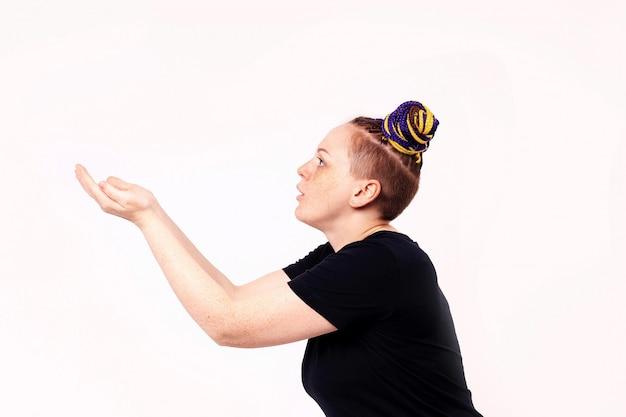 Vrouw die haar handen samen houdt alsof een bal vangen. de vrouw heeft dreadlocks op haar hoofd.
