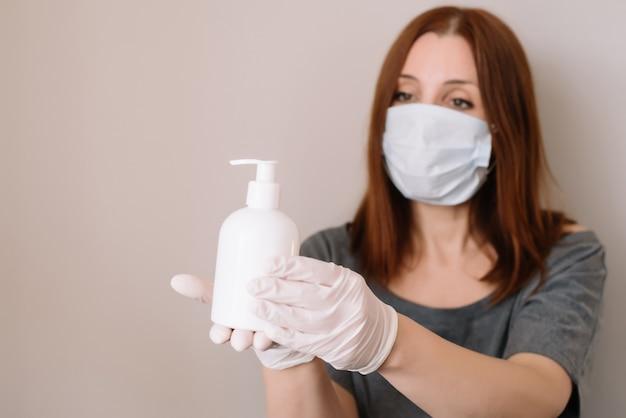 Vrouw die haar handen schoonmaakt. ziek met masker voor coronavirus.