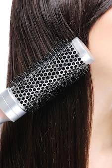 Vrouw die haar haren kamt - macroschot