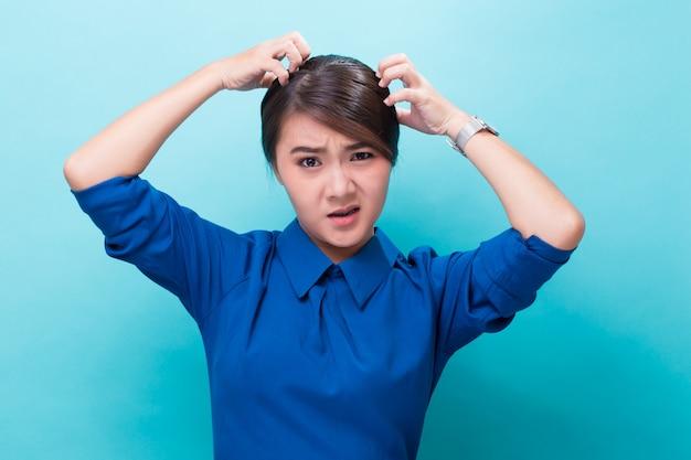Vrouw die haar hoofd krast