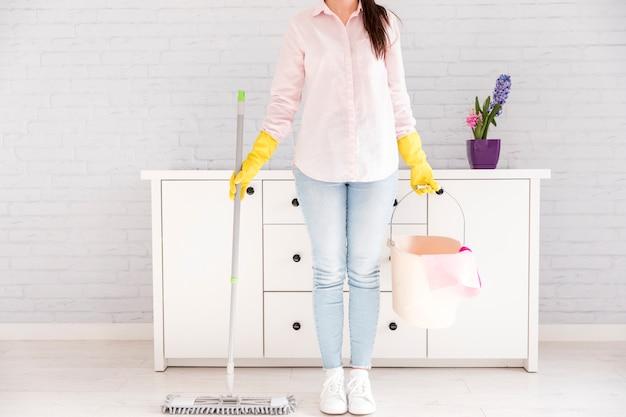 Vrouw die haar huis schoonmaakt