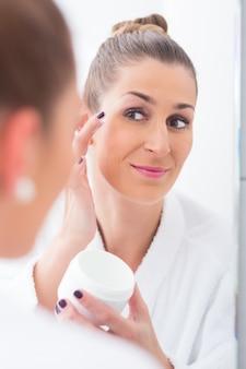 Vrouw die haar make-up verwijdert alvorens te slapen