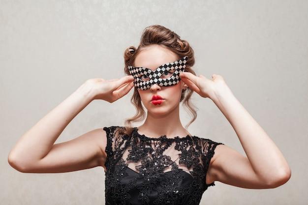 Vrouw die haar masker vooraanzicht schikt