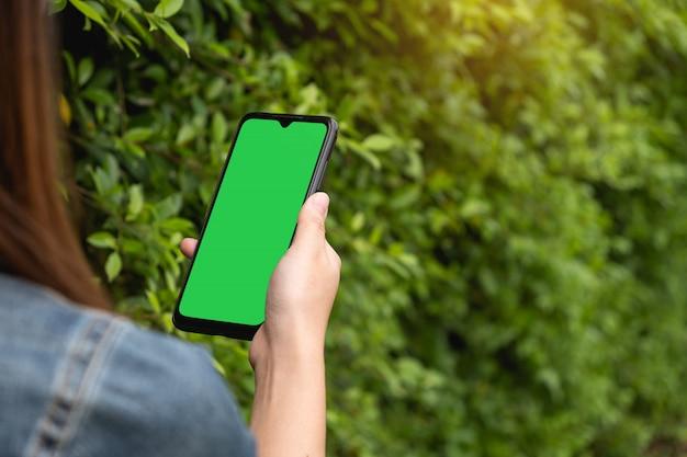 Vrouw die haar mobiel telefoon, sociaal media en technologie communicatie concept houdt