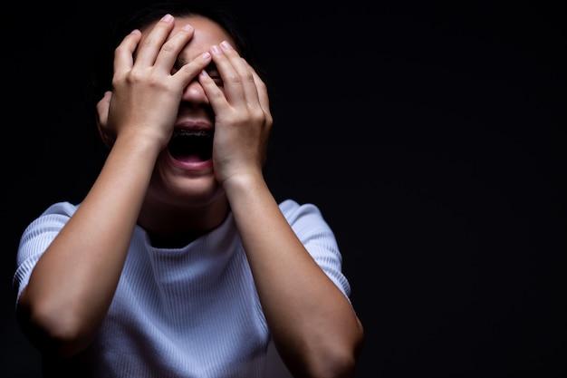 Vrouw die haar ogen behandelt en schreeuwt