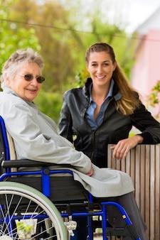 Vrouw die haar oma bezoekt