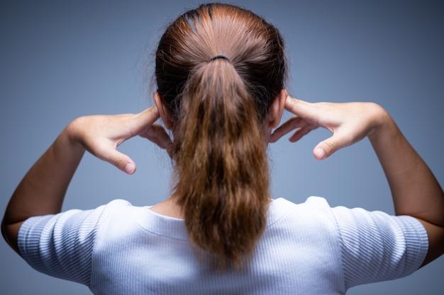 Vrouw die haar oren behandelt