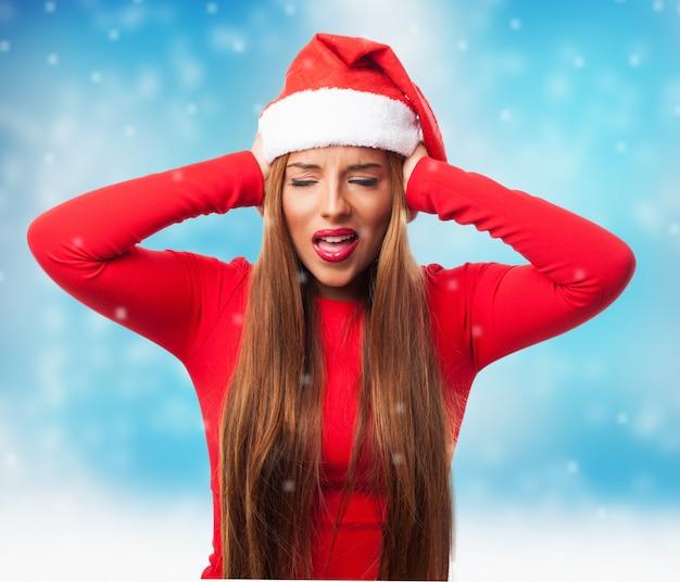 Vrouw die haar oren terwijl het sneeuwen