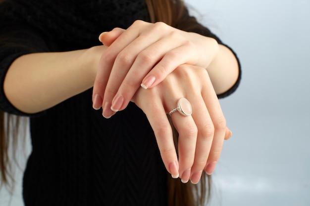 Vrouw die haar ring toont