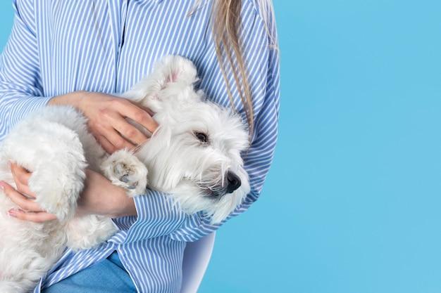 Vrouw die haar schattige hond vasthoudt