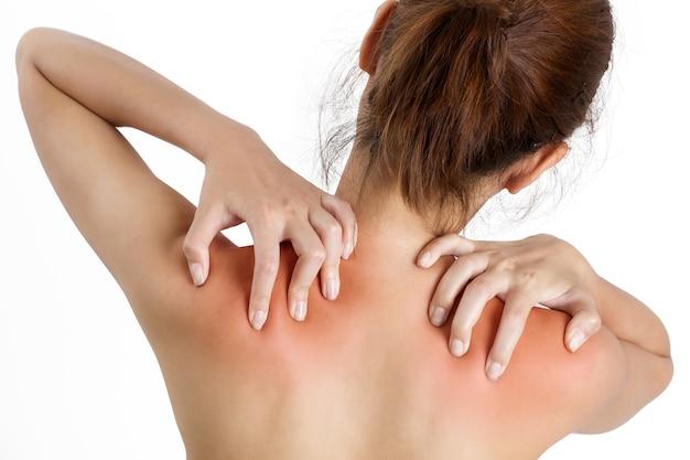 Vrouw die haar schouder met rood hoogtepunt op pijngebied houden die op witte achtergrond wordt geïsoleerd.