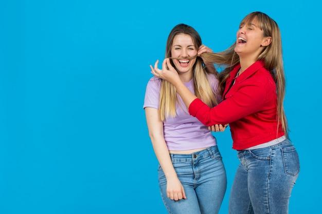 Vrouw die haar snor van het vriendinhaar zet