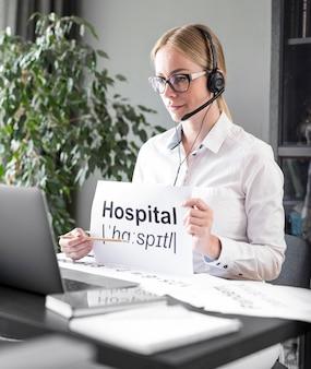 Vrouw die haar studenten online de definitie van het ziekenhuis onderwijst