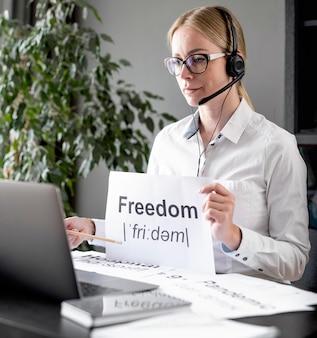 Vrouw die haar studenten over vrijheid onderwijst