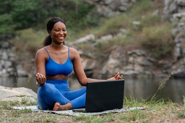 Vrouw die haar studenten yogahoudingen onderwijst