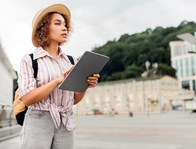 Vrouw die haar tablet voor richtingen controleert