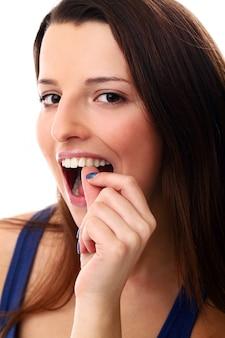 Vrouw die haar tanden controleert