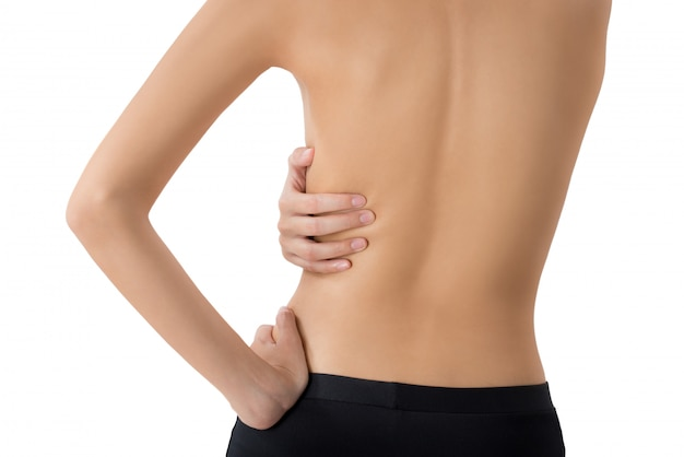 Vrouw die haar tegenhoudt en op pijngebied masseert dat op wit wordt geïsoleerd