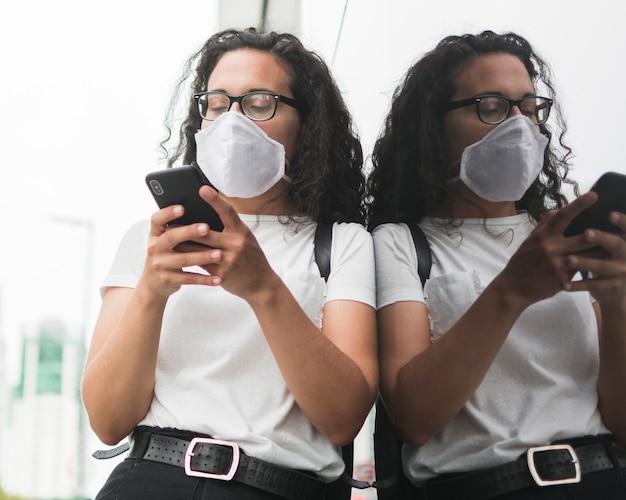 Vrouw die haar telefoon buiten controleert