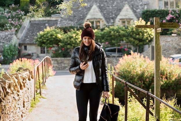Vrouw die haar telefoon controleert tijdens het reizen