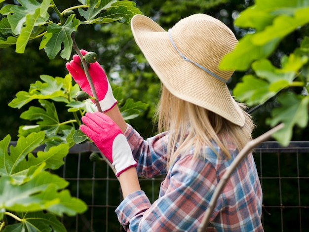 Vrouw die haar tuin bekijkt