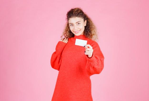 Vrouw die haar visitekaartje presenteert of andere personen heeft ontvangen.