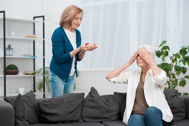 Vrouw die haar vriend verrast met een geschenk