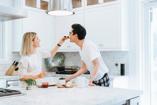 Vrouw die haar vriendje speels voedt