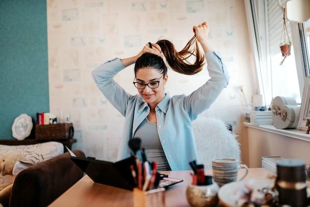 Vrouw die haarzorg, bindend haar doet. Premium Foto