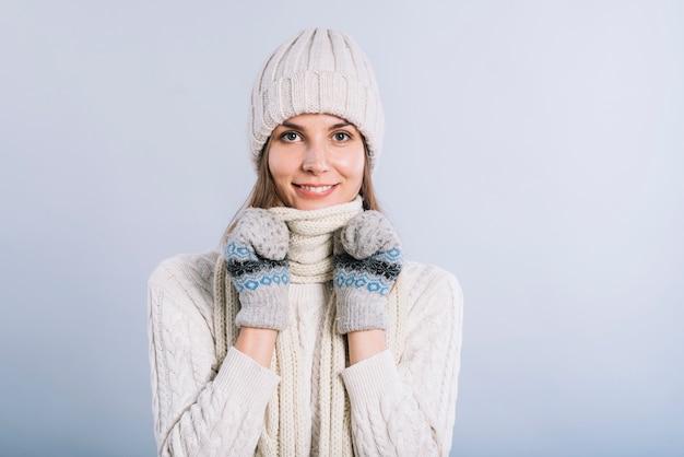 Vrouw die hals behandelt met sjaal