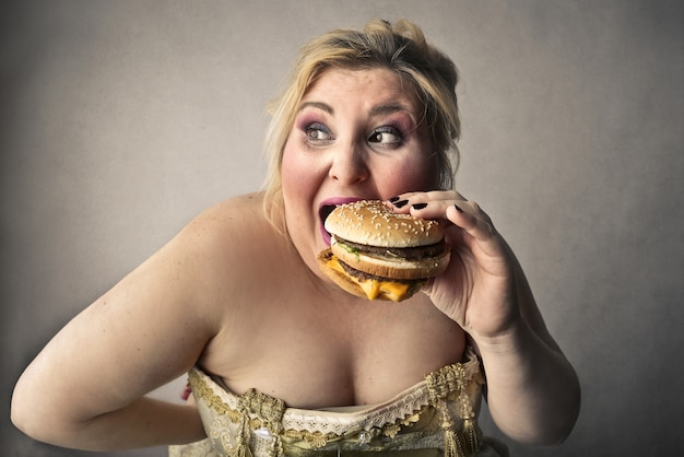 Vrouw die hamburger eet