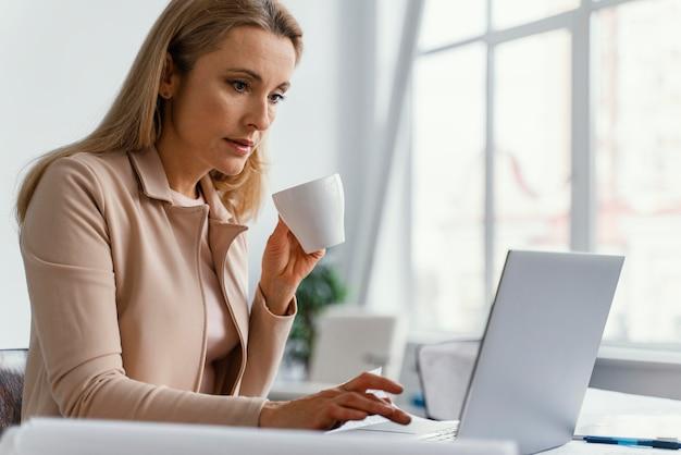 Vrouw die hard aan een project werkt