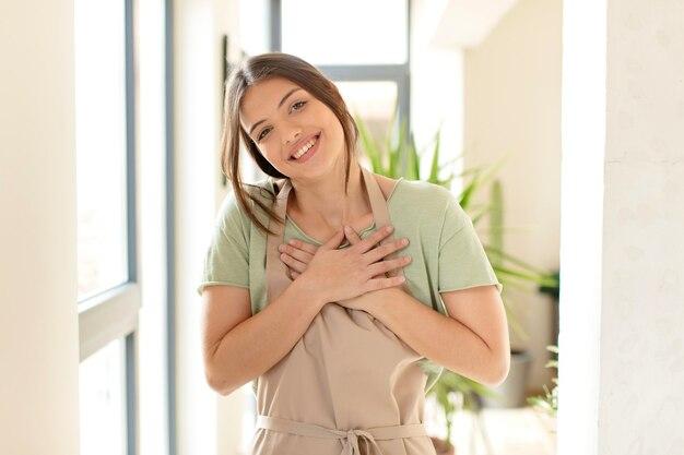Vrouw die hardop lacht om een hilarische grap, vrouw die zich gelukkig en opgewekt voelt, plezier heeft
