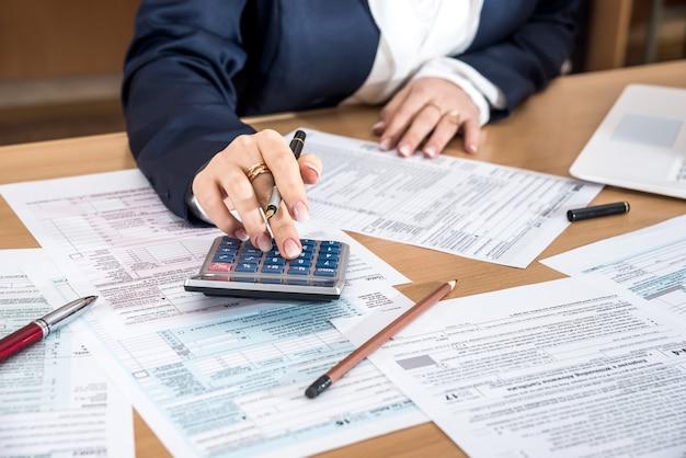 Vrouw die het belastingformulier van us 1040 invult