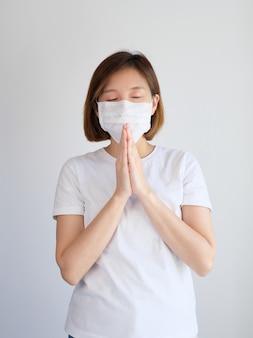 Vrouw die het beschermende masker bidden draagt
