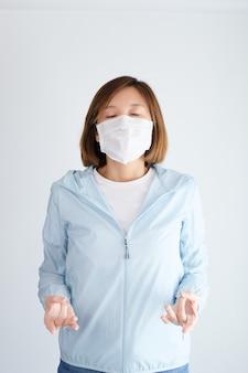 Vrouw die het beschermende masker ontspannen draagt
