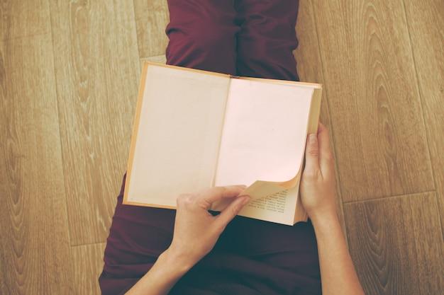 Vrouw die het boek leest