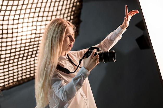 Vrouw die het concept van de de fotokunst van het frame verklaart