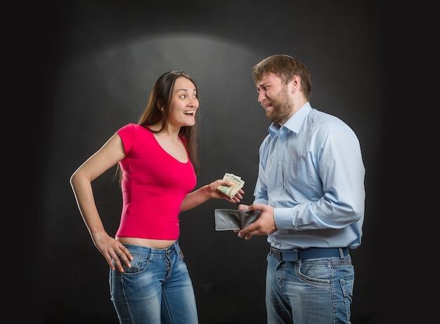 Vrouw die het geld van de echtgenoot neemt