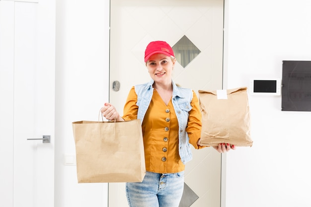 Vrouw die het huis van de voedsellevering levert