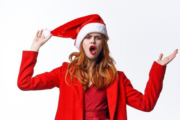 Vrouw die het kostuum van de kerstman draagt, gebaseerd op glamourmodestudio