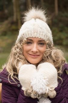 Vrouw die het koud heeft in het bos
