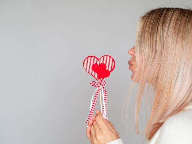 Vrouw die het kussen de ruimte van het gebaarexemplaar maakt