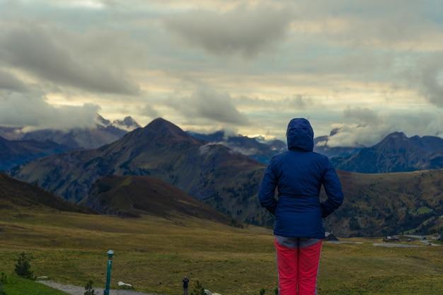 Vrouw die het landschap in de italiaanse dolomieten overweegt