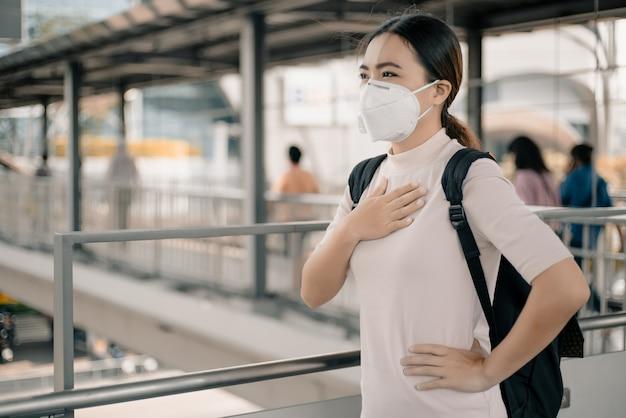 Vrouw die het n95-masker draagt