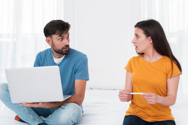 Vrouw die het resultaat van de zwangerschapstest te weten komt
