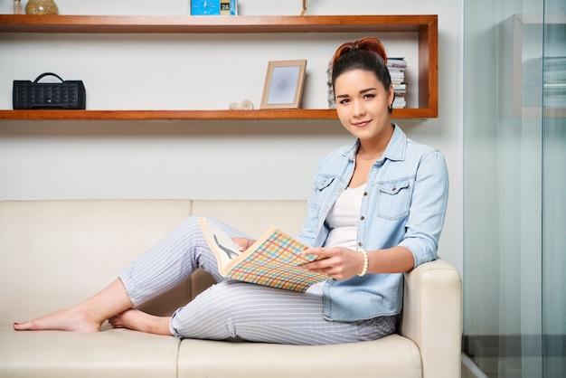 Vrouw die het tijdschrift leest