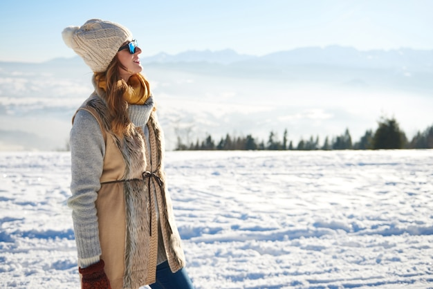 Vrouw die het uitzicht op de bergen bekijkt