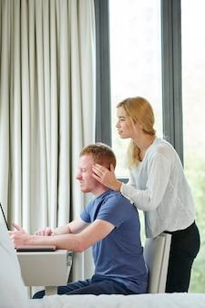 Vrouw die hoofdmassage geeft aan vriendje